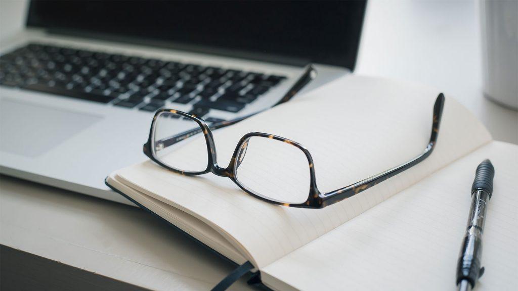 Mac, briller og notatbok
